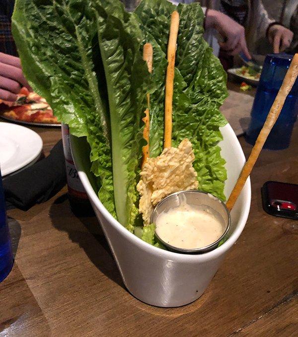 листья салата и соус