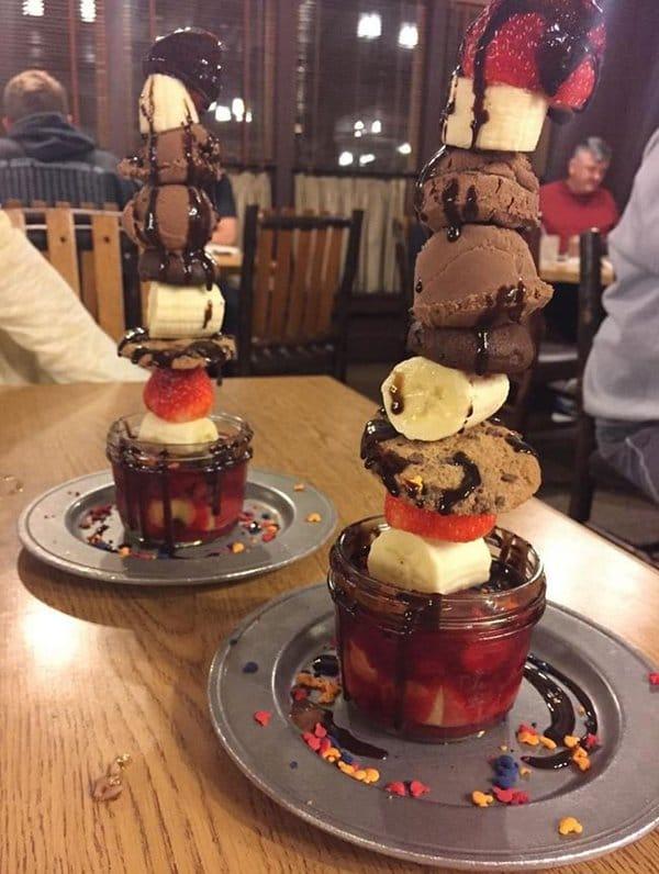 горка мороженого в стакане