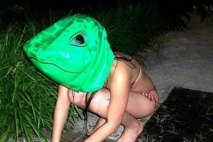девушка в маске лягушки