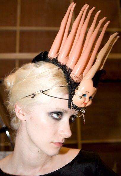 блондинка с кукольными ногами на голове