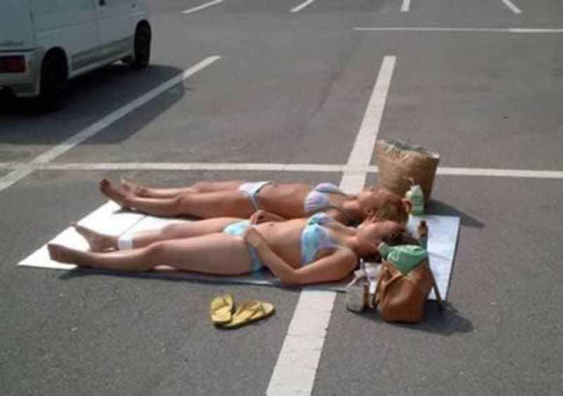 девушки загорают на дороге