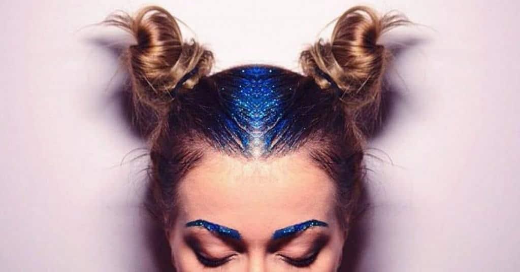 синие глитеры в волосах