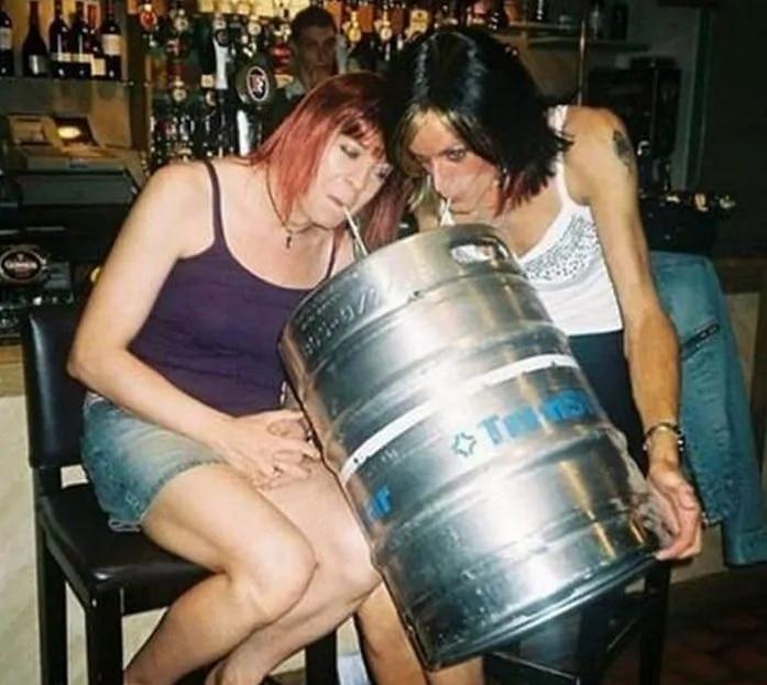 девушки пьют из кеги