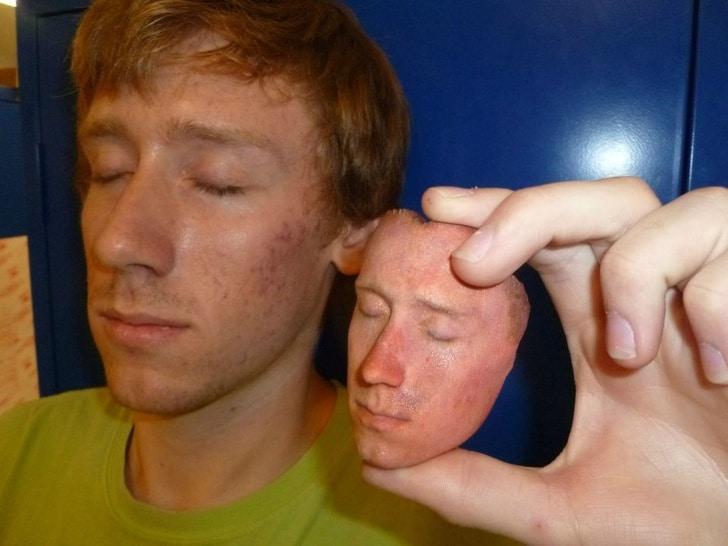 парень с лицом, напечатанным на 3D принтере