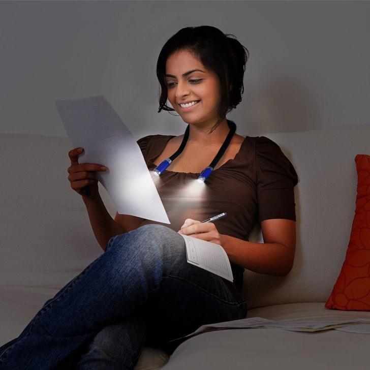 девушка с листом бумаги