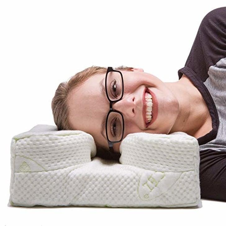 девушка в очках на подушке