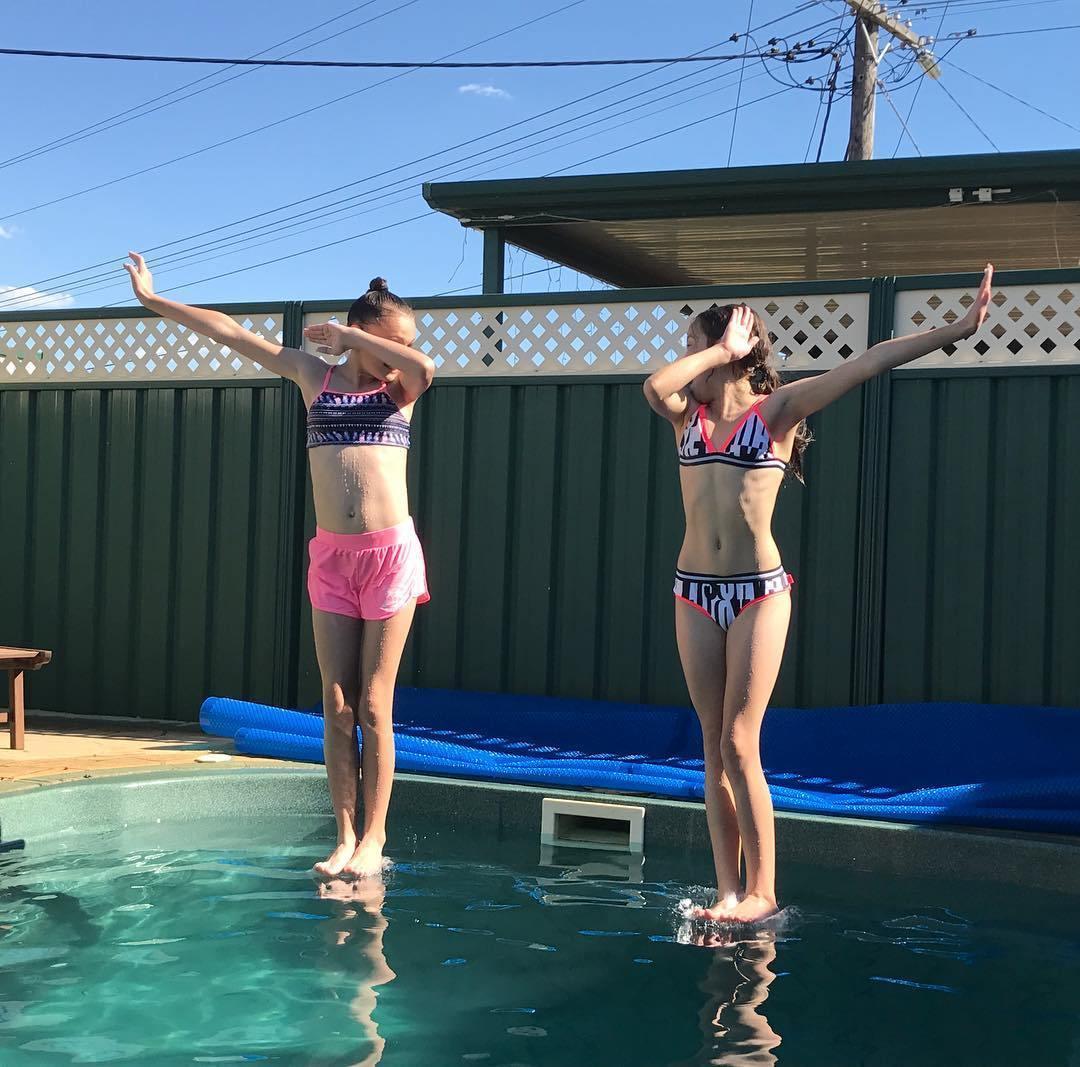 девочки в бассейне