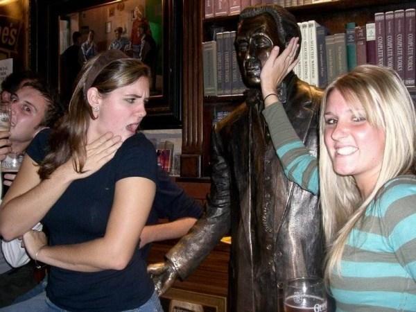 девушки со скульптурой