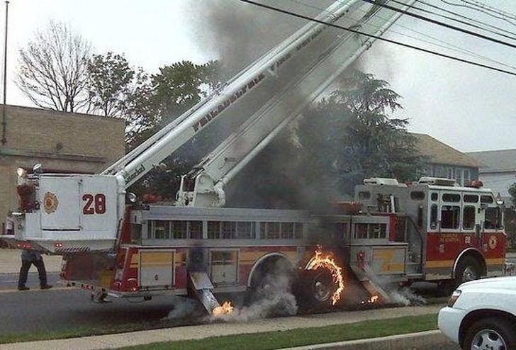 пожарная машина в огне