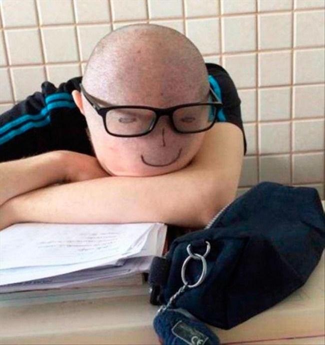 парень спит лицом на столе