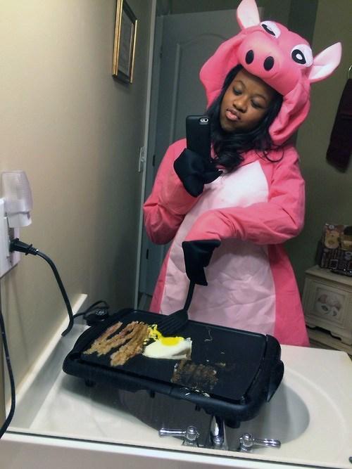 девушка в костюме свиньи делает селфи