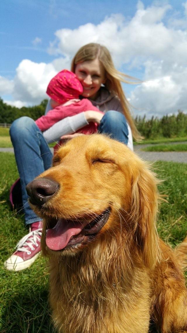 девушка с ребенком и собака