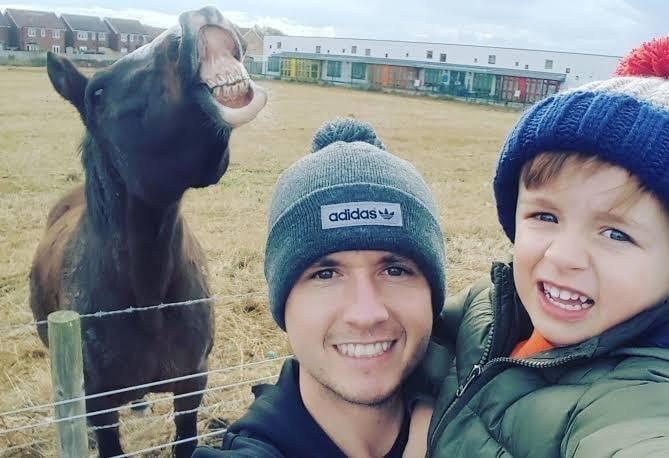 парень с мальчиком и лошадь