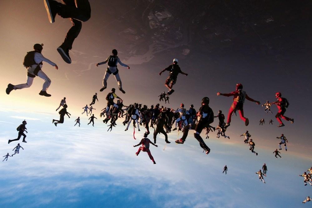 парашютисты в небе
