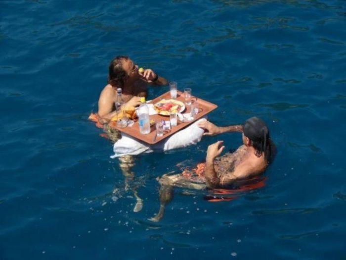 мужчины за столом в воде