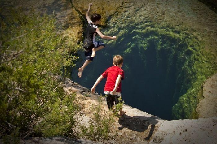 мальчики прыгают в воду