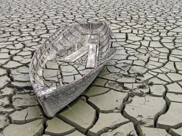 лодка на потрескавшейся земле