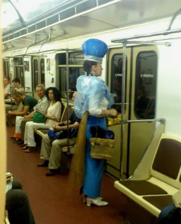 женщина в тиаре в метро