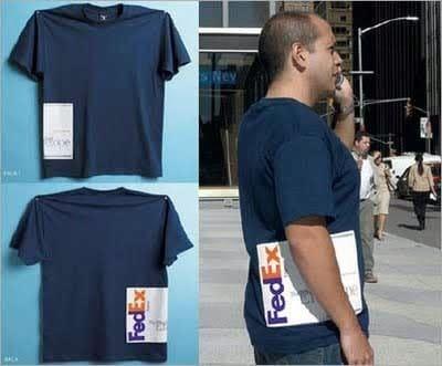 мужчина в синей футболке