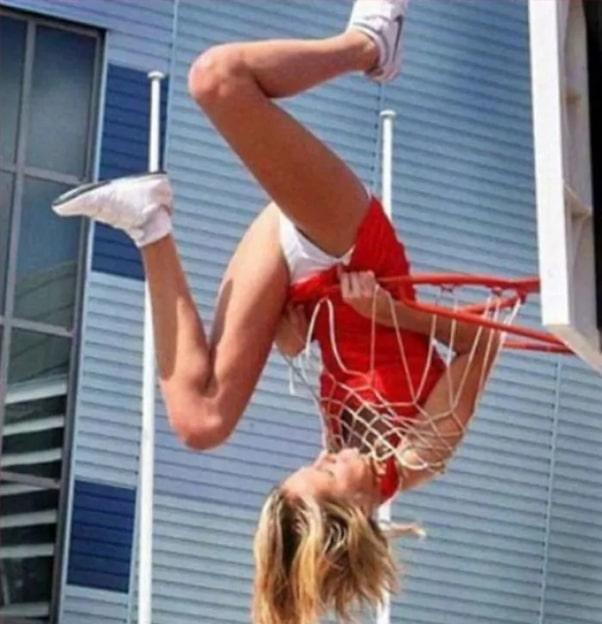 девушка в баскетбольном кольце