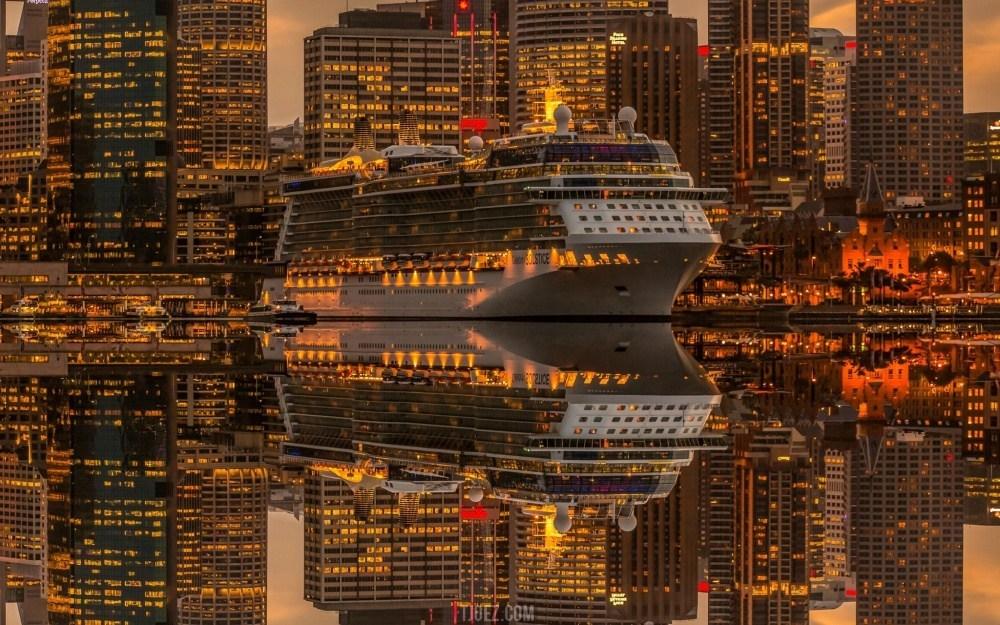 корабль на фоне ночного города