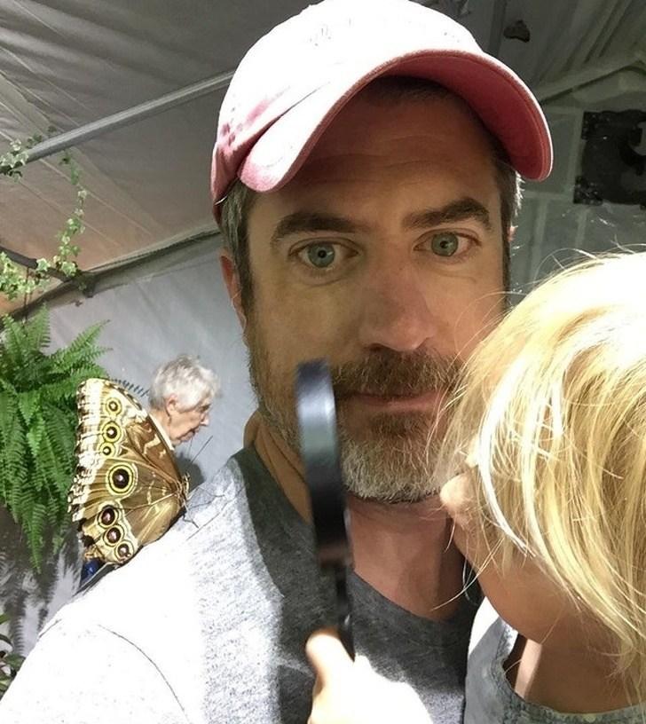 мужчина с бабочкой на плече