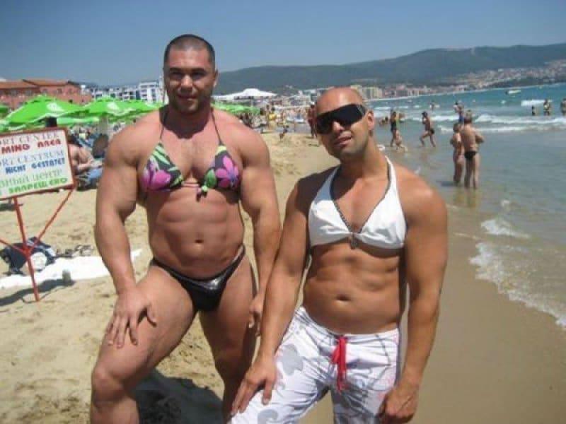 мужчины в купальниках на пляже