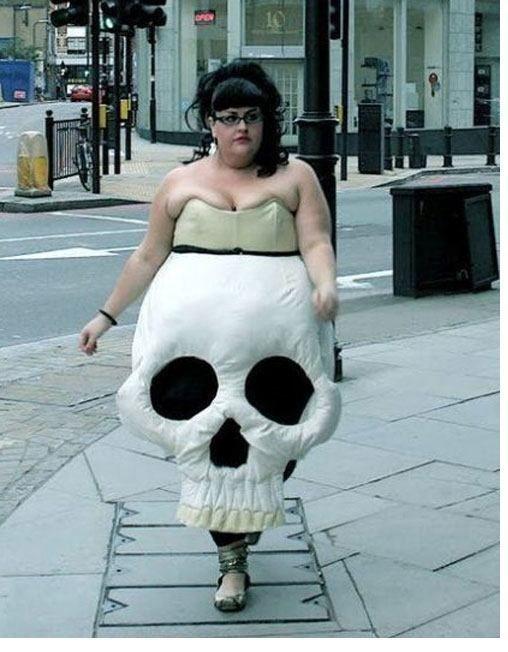 женщина в платье в форме черепа