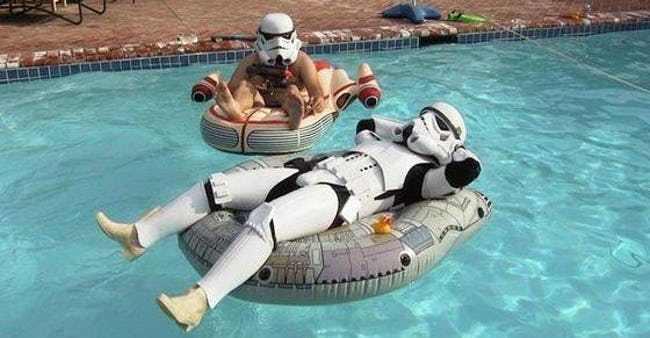 парни в костюмах дарта вейдера в бассейне