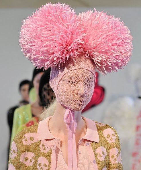 модель в розовой шапке с помпонами