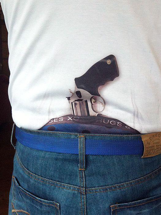 футболка с принтом пистолета
