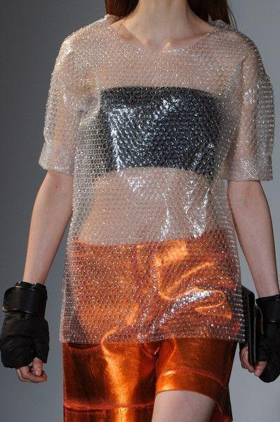 девушка в прозрачной футболке
