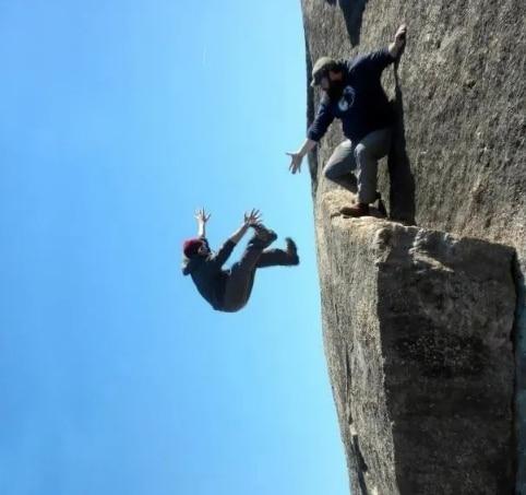 парень падает со скалы