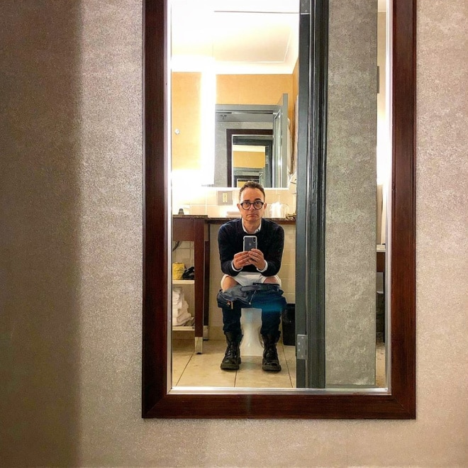 селфи парня в зеркале