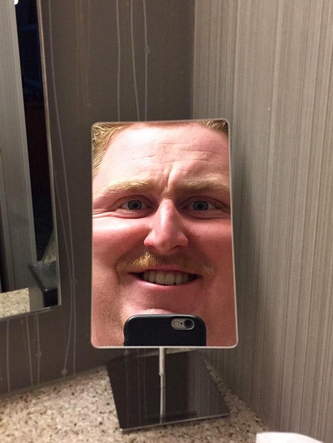 отражение мужчины в зеркале