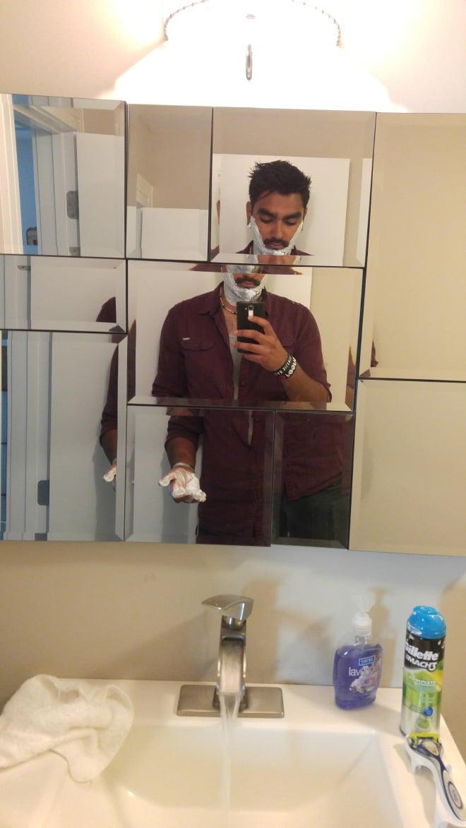 парень делает селфи во время бритья