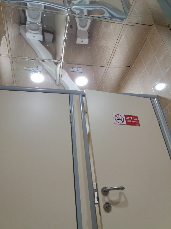 зеркало на потолке в туалете