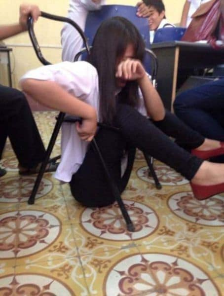 девушка провалилась на стуле