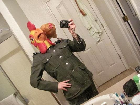 парень в маске курицы с курицей на плече