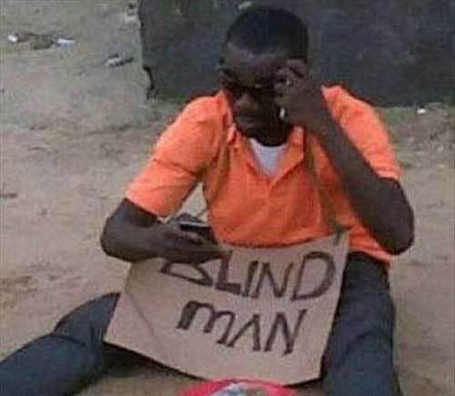 мужчина просит милостыню