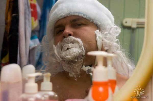 парень бреется перед зеркалом