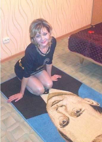девушка на ковре с изображением путина