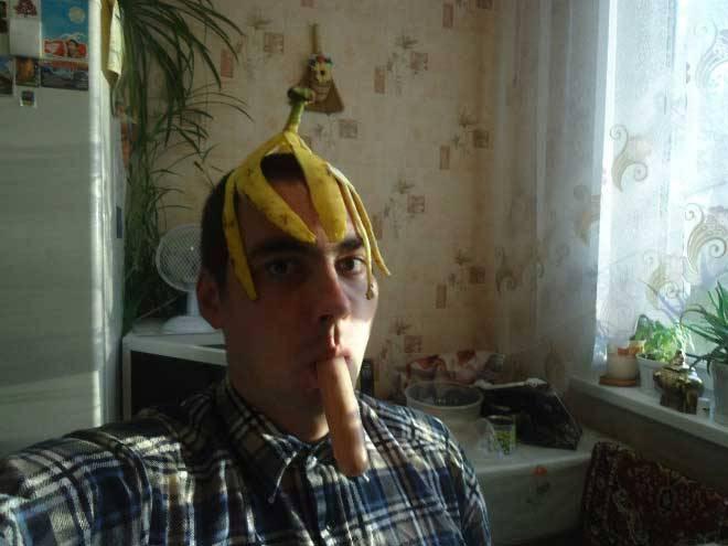 парень с банановой кожурой на голове