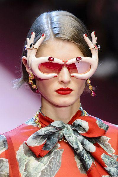 девушка в очках в форме рук