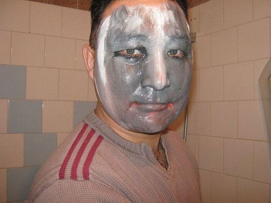 парень с маской на лице