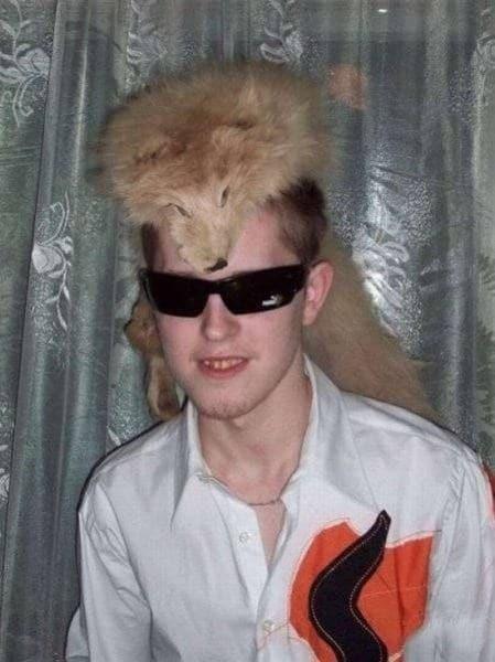 парень с лисьим мехом на голове