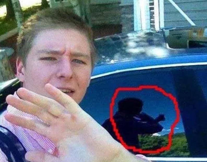 парень делает селфи на фоне машины