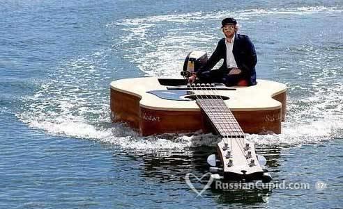 парень сидит на гитаре