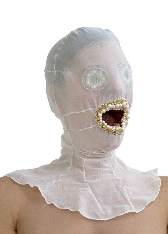 девушка в белой маске