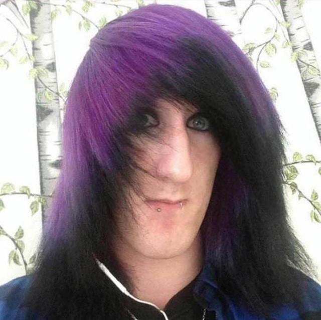 эмо с фиолетовыми волосами
